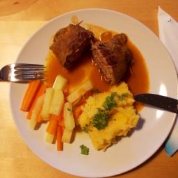 Rouladen mit Polenta und Kohlrabi-Möhren-Gemüse