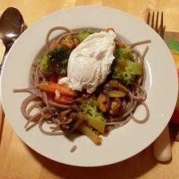 Sobanudeln mit Gemüse und pochiertem Ei